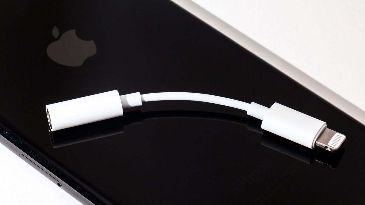 Adaptoare Apple de la Lightning la Jack 3.5mm